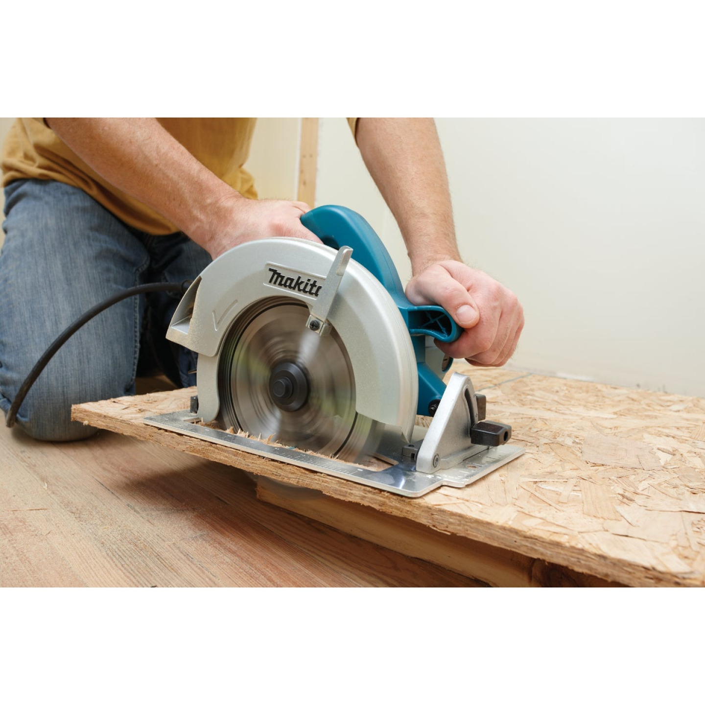 Makita 7-1/4 In. 15-Amp Contractor Circular Saw Image 2